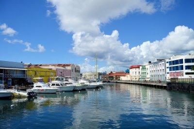 Барбадос къса с Британската монархия