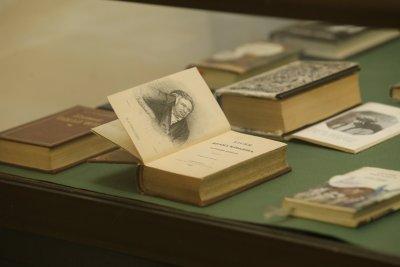 Има ли книжка колкото монета? Отговорът в изложба за мини издания на БАН