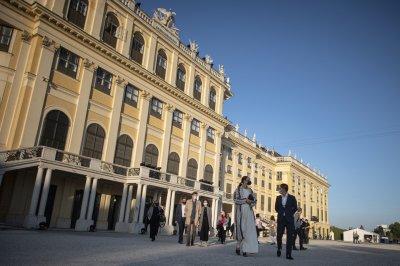Австрия затяга мерките: Задължителни маски на закрито, без струпване на повече от 10 души