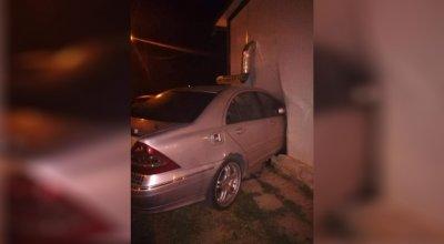 Шофьор без книжка заби колата си в заведение във Варна, собственикът е сериозно пострадал