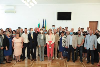 Захариева пред българите в Украйна: Прекланям се пред вашия дух