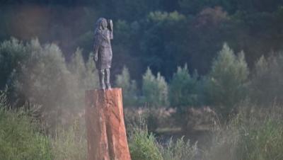 Откриха нова статуя на Мелания Тръмп в Словения