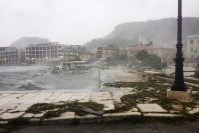 Плавателен съд с 55 мигранти бедства заради бурята в Гърция