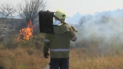 Не стихва пожарът на границата между областите Стара Загора и Хасково