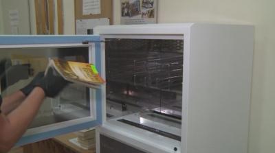 Машина дезинфекцира книгите в библиотеката в Благоевград
