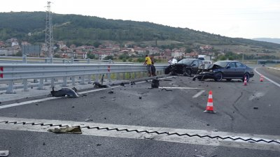 "Два автомобила се удариха на АМ ""Струма"" край Благоевград"