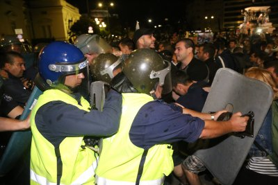 Полицай е ранен в главата след удар от камък на снощния протест