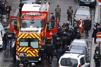 """Арестуваха 7 души след атаката край старата редакция на """"Шарли Ебдо"""" в Париж"""