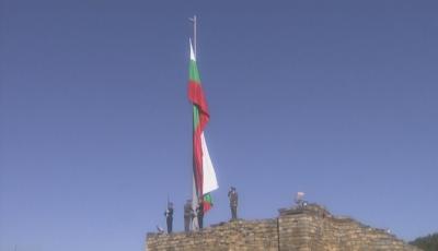 Издигнаха националния трибагреник във Велико Търново за Деня на Независимостта
