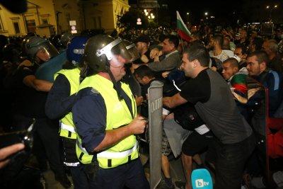 Трима пострадали полицаи на снощните сблъсъци пред старата сграда на парламента (ОБЗОР)