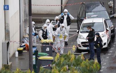 Двама задържани за нападението с нож край бившата редакция на Шарли Ебдо