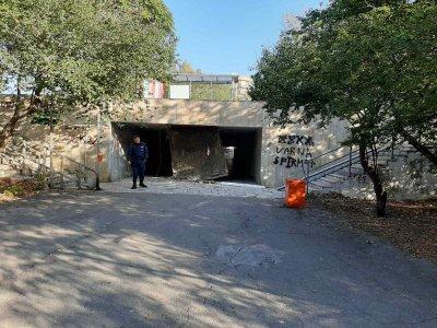 Част от тавана на подлеза до Делфинариума във Варна се срути
