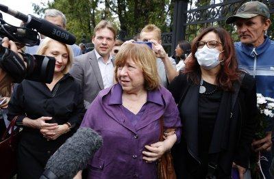 Беларус остава без опозиция? Светлана Алексиевич напусна страната