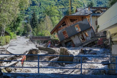 Един загинал и 17 в неизвестност при проливни дъждове в Италия