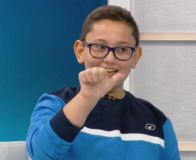 10-годишно дете научи езика на жестовете, за да помага на глухи хора