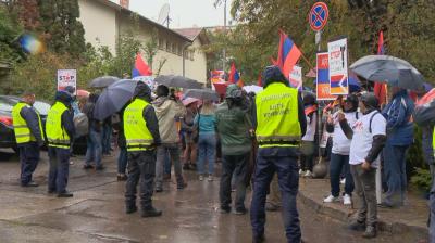 Арменци се събраха на мирна демонстрация пред посолството на Азербайджан