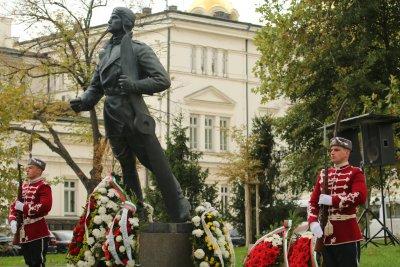 Президентът и министърът на отбраната отдадоха почит към военните парашутисти