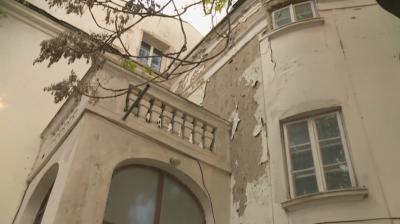 Още една емблематична сграда във Варна се руши