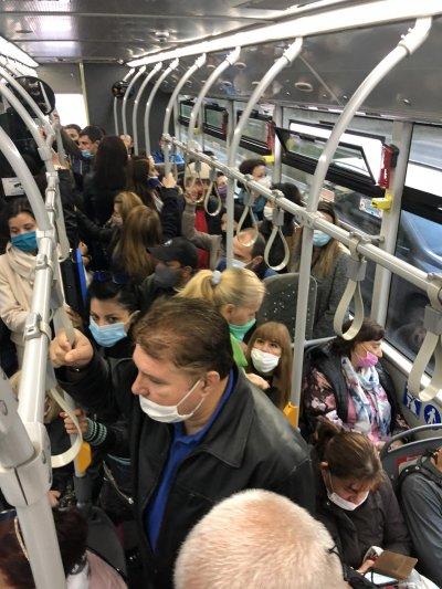 Препълнени автобуси сутрин в София