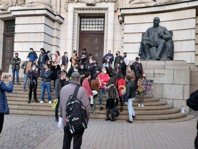 106-а вечер на протести в София: Студенти блокираха движението пред Ректората