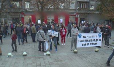 Пожарникари, полицаи и служители от телефон 112 протестираха в Русе
