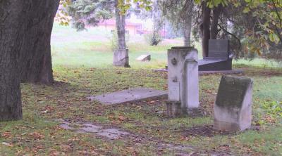 Надгробни плочи на видни революционери се рушат в Русе