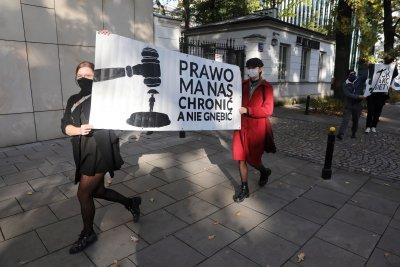 След решението за абортите: По̀ католици от папата ли са в Полша