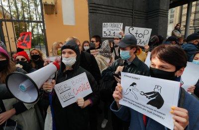 Протестите в Полша не стихват: Демонстранции и пред католически църкви