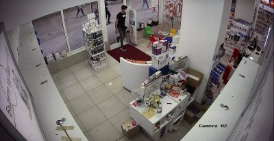 Задържаха трима чужденци, извършили серия кражби от аптеки