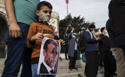 Ердоган отново критикува отношението на Макрон към мюсюлманите след убийството на френския учител