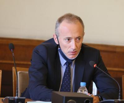 Министър Красимир Вълчев се самоизолира заради контакт със заразен