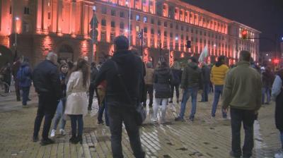 Протести в София: Недоволни продължават да се събират между НС и МС