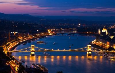 Унгария разшири вечерния час и забрани всички публични събития