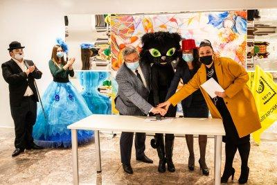 Черна котка валидира пощенска марка за карнавала в Габрово
