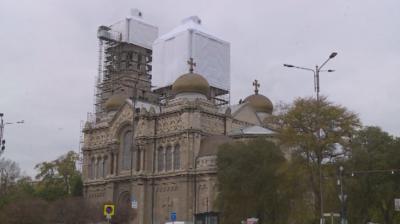"""""""Шапки"""" пазят покрива на катедралата във Варна по време на ремонта"""