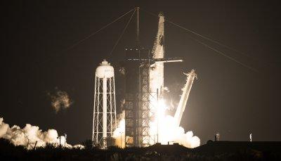 """Успешен старт: """"Крю Драгън"""" полетя към Космоса"""