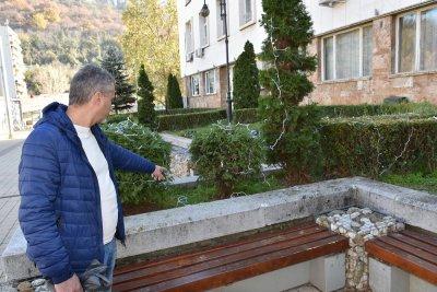 Вандали унищожиха коледната украса пред общината в Ловеч