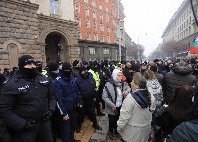 Протестиращи срещу новите мерки опитаха да влязат в Министерския съвет