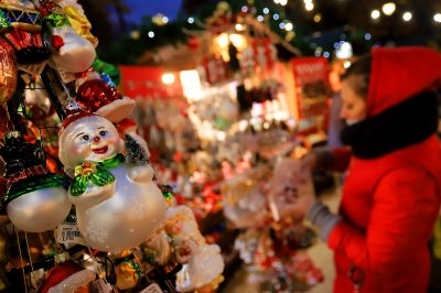 Коледният дух завладява София въпреки пандемията
