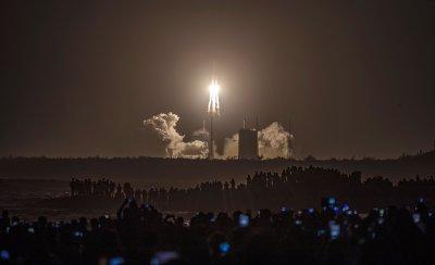 Китай изстреля сонда към Луната, ще събира скална маса