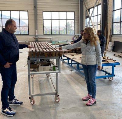 Вицепремиерът Николова посети фабрика за дограма и преградни стени във Велико Търново
