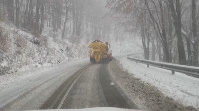 Снегонавявания на прохода Шипка, водачите да карат с повишено внимание