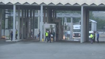 Гранични полицаи задържаха 7 незаконни имигранти, укрити в камион