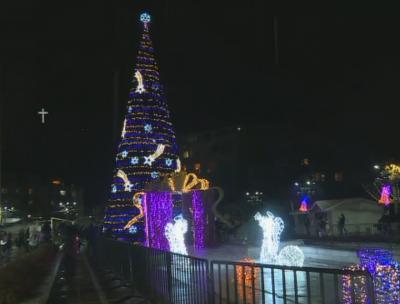 Запалиха коледните светлини на елхата в Благоевград