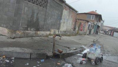 """Теч на питейна вода в кв. """"Победа"""" в Бургас. Пробити ли са умишлено тръбите?"""