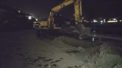 Багер изгражда пясъчни диги на плажа в Созопол. Защо?