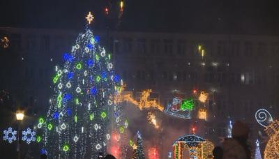 Запалиха светлините на коледната елха във Варна