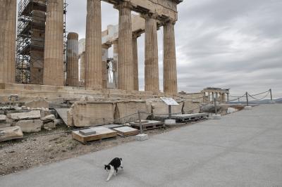 Гърция въвежда 10-дневна карантина за всички пристигащи в страната около празниците