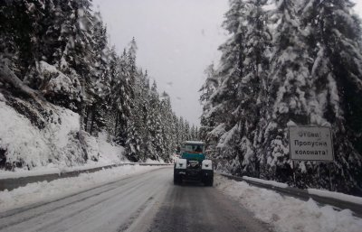Обилен снеговалеж в Родопите остави село без ток