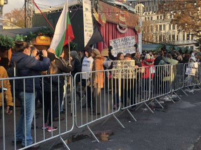 150-и ден: Протестиращи блокираха кръстовища и нахлуха на Немския коледен базар